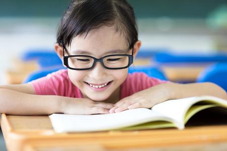 Niña feliz estudiando en el aula Foto de archivo - 43491722