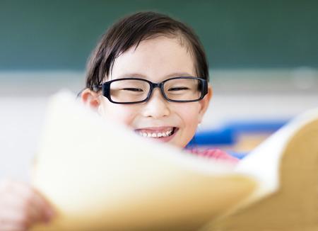 어린 소녀: happy little girl studying in the classroom