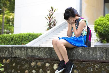 ni�os tristes: chica estr�s sentado y pensando en la escuela