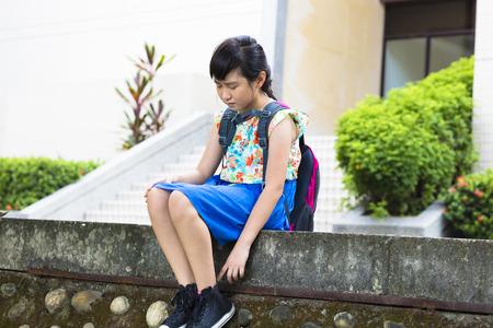 niños pensando: Muchacha triste sentado y pensando en la escuela