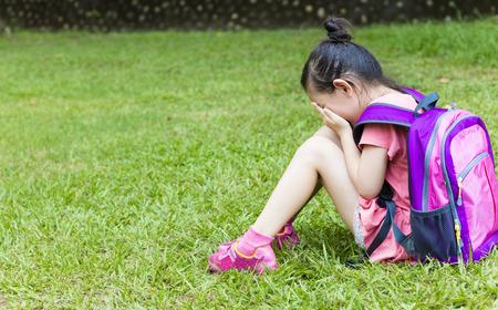 앉아서 잔디에 생각 스트레스 소녀