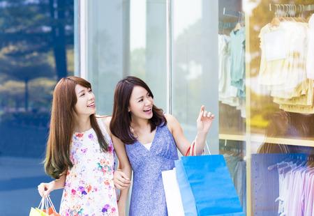 centro comercial: Hermosas mujeres jóvenes con bolsas de la compra