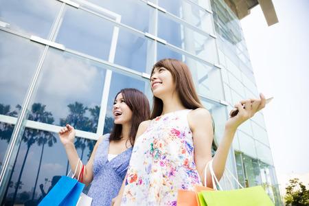 centro comercial: Feliz mujeres jóvenes con bolsas de la compra