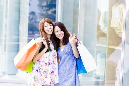 sommer: Schöne junge Frauen mit Einkaufstaschen Lizenzfreie Bilder