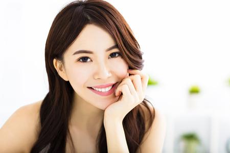 sonriente: retrato de la atractiva mujer joven y sonriente
