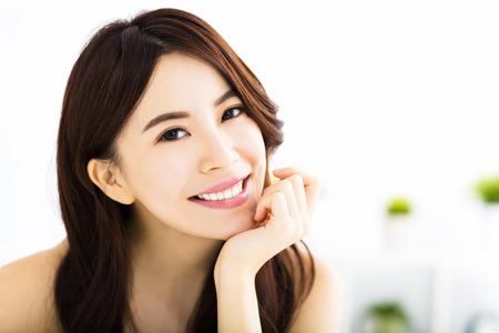 dientes: retrato de la atractiva mujer joven y sonriente