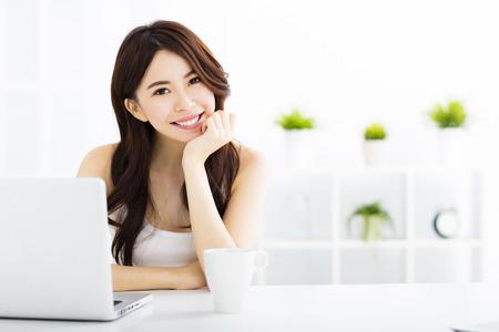 Junge lächelnde asiatische Frau mit Laptop Standard-Bild