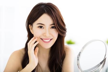 아름다움: 행복 한 젊은 여자 거울에보고