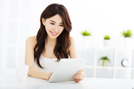femmes souriantes: Jeune femme asiatique souriante avec Tablet PC