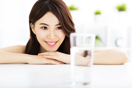 Mladá atraktivní žena sledování čistou vodu