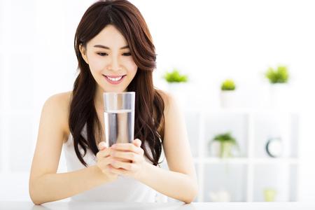 agua potable: Mujer atractiva joven con agua limpia