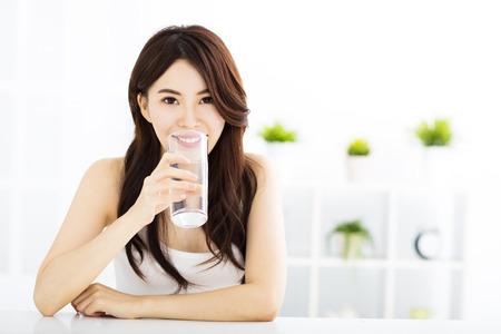 生活方式: 年輕漂亮的女人用乾淨的水 版權商用圖片