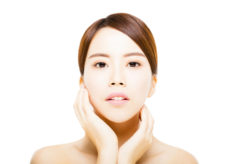 Portrait der schönen jungen Frau mit sauberem Gesicht