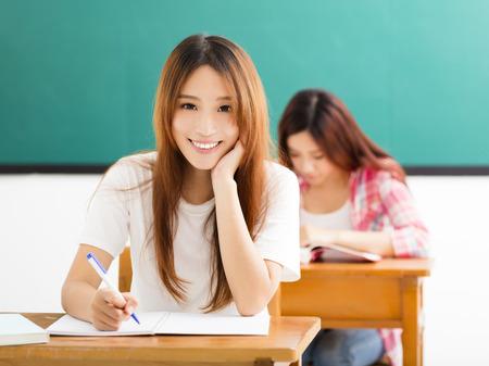 salon de clases: sonriendo Joven estudiante con los demás en el aula