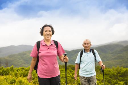 mujeres fitness: feliz pareja de senderismo alto en la monta�a
