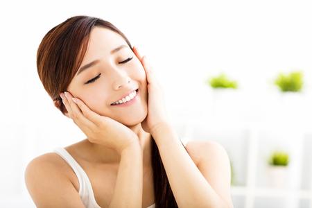 piel: Mujer asiática atractiva joven con la cara limpia