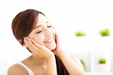 dientes sanos: Mujer asiática atractiva joven con la cara limpia