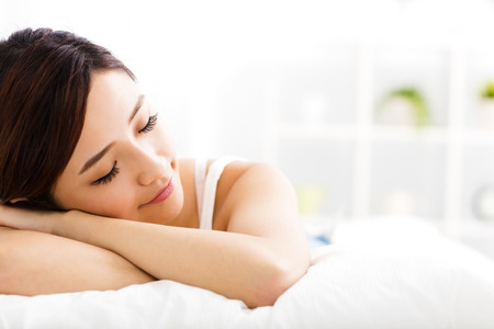 japonais: belle jeune femme dormir sur le lit Banque d'images
