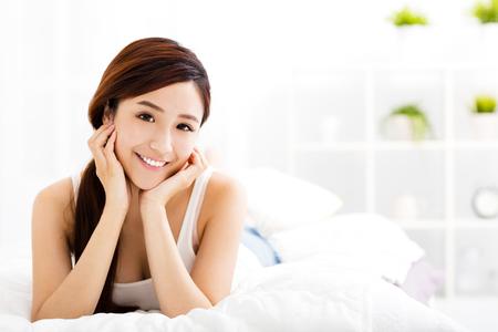 gyönyörű, fiatal, ázsiai, nő az ágyon