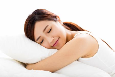 sono: bela jovem de sono na cama Imagens