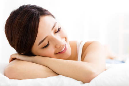 hermosa mujer joven sueño en la cama Foto de archivo