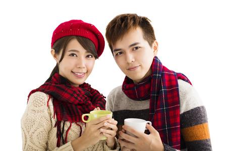 sueter: joven beber té caliente pareja feliz aislado en fondo blanco