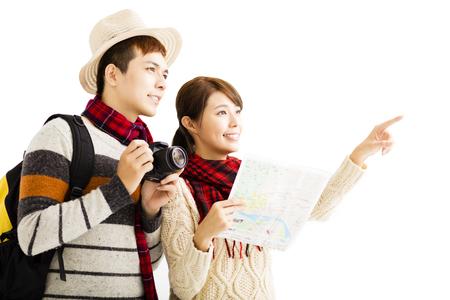 viagem: jovem casal feliz desfrutar de viagens com o desgaste do outono
