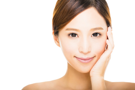 깨끗한 얼굴을 가진 아름다운 젊은 웃는 여자