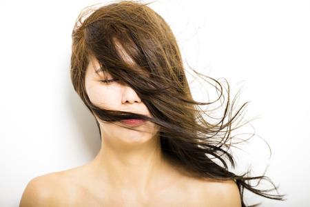 흰색 배경에 머리의 움직임을 가진 젊은 여자