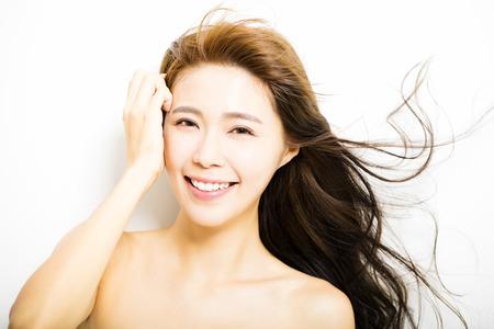 jonge gezicht van de vrouw met haar beweging op witte achtergrond