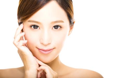 깨끗한 얼굴을 가진 아름다운 젊은 웃는 여자 스톡 콘텐츠 - 45598215