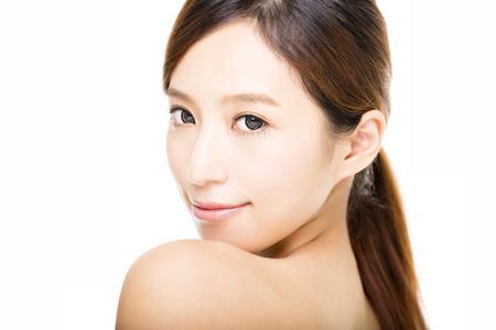jolie jeune fille: agrandi belle jeune visage souriant femme Banque d'images