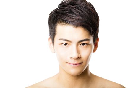 s úsměvem: Detailním portrét atraktivní mladý muž tvář