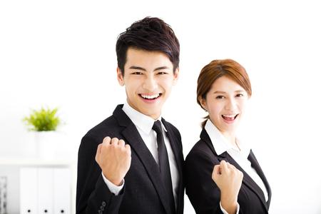 ビジネス: 幸せなビジネスの男性と事務所で立っている女性 写真素材