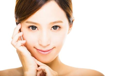güzellik: temiz yüzüyle güzel bir genç gülümseyen kadın Stok Fotoğraf
