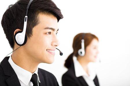 personas trabajando en oficina: jóvenes empresarios que trabajan con auriculares en la oficina Foto de archivo