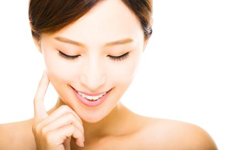 깨끗한 얼굴을 가진 아름다운 젊은 웃는 여자 스톡 콘텐츠 - 45882400
