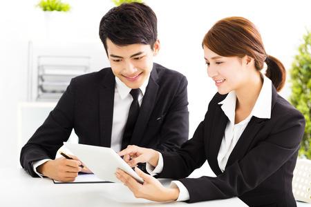 사무실에서 근무하는 행복 비즈니스 남자와 여자