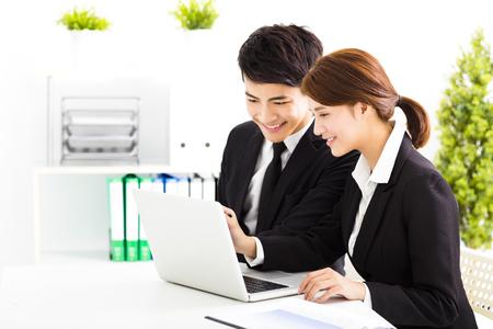 reuniones empresariales: Hombre de negocios feliz y mujer que trabaja en la oficina