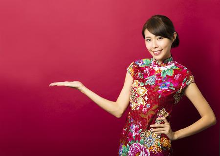 ni�as chinas: joven china que sonr�e con la muestra gesto