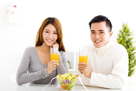 젊은 미소 커플 마시는 주스와 건강에 좋은 음식