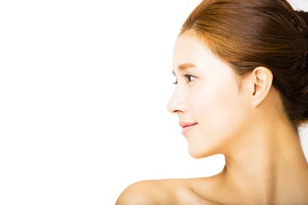 cảnh quan: xem mặt người phụ nữ mỉm cười trẻ với khuôn mặt sạch sẽ Kho ảnh