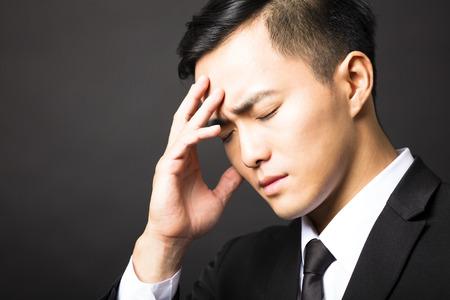 depresión: Hombre de negocios en la depresión con el fondo negro
