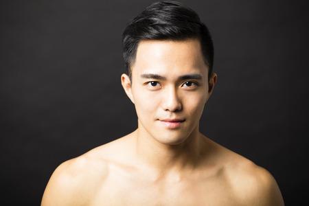 Close-up portret van aantrekkelijke jonge man gezicht