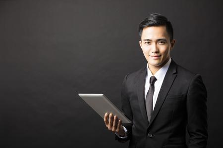 태블릿 PC와 미소 젊은 비즈니스 사람