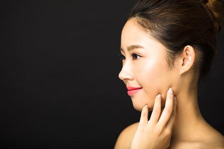 cuerpo femenino: mujer sonriente joven hermosa con la cara limpia