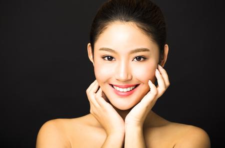 mooie jonge lachende vrouw met schone gezicht