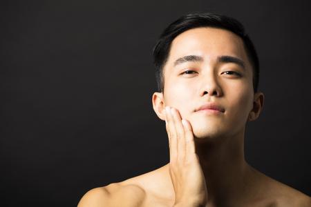 piel: Primer retrato de hombre atractivo rostro joven