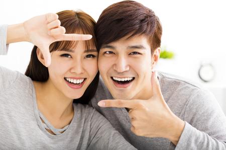 Retrato da bela casal feliz Imagens