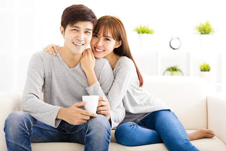 pärchen: süßen jungen Paares sitzen in Sofa
